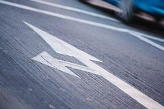 Señal de tráfico en el pavimento Foto de archivo libre de regalías