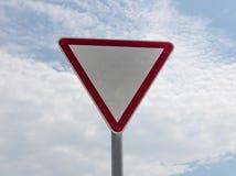 Señal de tráfico en fondo del cielo Foto de archivo