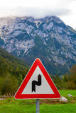 Señal de tráfico en Julian Alps, Eslovenia Foto de archivo