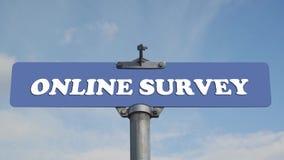 Señal de tráfico en línea de la encuesta con las nubes que fluyen