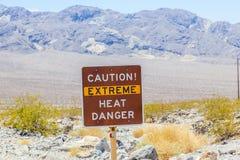 Señal de tráfico en la advertencia de Death Valley Imágenes de archivo libres de regalías