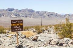 Señal de tráfico en la advertencia de Death Valley Fotos de archivo libres de regalías