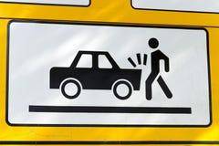Señal de tráfico en la colisión con un coche Fotografía de archivo libre de regalías