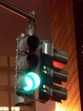 Señal de tráfico en la noche -- Pare y vaya fotos de archivo