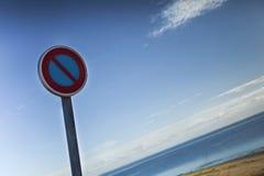 Señal de tráfico en la playa Imagen de archivo