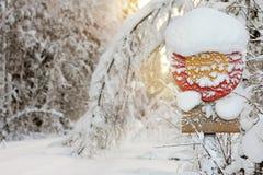 Señal de tráfico en nieve imagenes de archivo