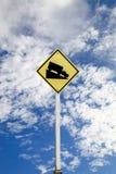 Señal de tráfico escarpada de la colina del grado, con la trayectoria de recortes Foto de archivo