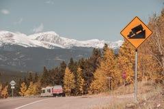 Señal de tráfico escarpada del camión del grado en la carretera Imagen de archivo libre de regalías