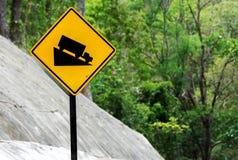 Señal de tráfico escarpada del engranaje bajo del uso de la pendiente de la colina en el camino en la montaña de Tailandia Fotos de archivo