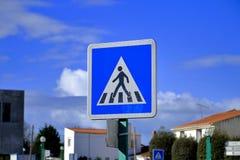 Señal de tráfico francesa del paso de peatones a continuación Imagenes de archivo
