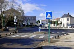 Señal de tráfico francesa del paso de peatones a continuación Fotografía de archivo libre de regalías