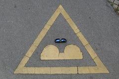 Señal de tráfico, gafas de sol Imagen de archivo libre de regalías