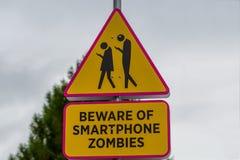 Señal de tráfico - guárdese de zombis del smartphone foto de archivo libre de regalías