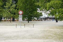 Señal de tráfico - inundación extraordinaria, en el río Danubio en Bratislava Fotografía de archivo libre de regalías