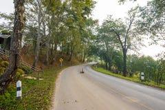 Señal de tráfico de la curva en abajo la colina Fotografía de archivo libre de regalías