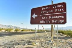 Señal de tráfico de la flecha direccional al parque nacional de Death Valley Fotografía de archivo