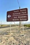 Señal de tráfico de la flecha direccional al parque nacional de Death Valley Foto de archivo libre de regalías