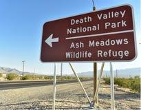 Señal de tráfico de la flecha direccional al parque nacional de Death Valley Imagen de archivo