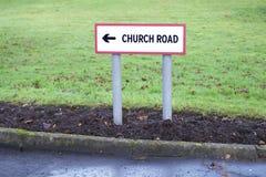 Señal de tráfico de la iglesia que lleva a la iglesia para la adoración religiosa Fotos de archivo libres de regalías
