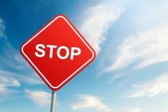 Señal de tráfico de la parada con el fondo del cielo azul y de la nube imagenes de archivo