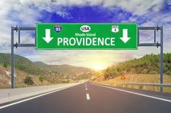 Señal de tráfico de la providencia de la ciudad de los E.E.U.U. en la carretera Imágenes de archivo libres de regalías