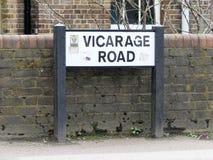 Señal de tráfico de la vicaría por la pared de ladrillo del Hospital General de Watford imagen de archivo