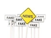 Señal de tráfico de las noticias frente a muestras falsas Fotografía de archivo libre de regalías