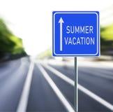 Señal de tráfico de las vacaciones de verano en un fondo rápido Foto de archivo libre de regalías