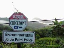 Señal de tráfico lateral en la montaña Tailandia septentrional foto de archivo libre de regalías