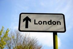 Señal de tráfico a Londres Imágenes de archivo libres de regalías