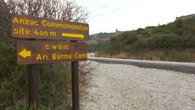 Señal de tráfico a los monumentos y a los cementerios de las fuerzas británicas y australianas del ejército metrajes