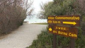Señal de tráfico a los monumentos y a los cementerios de las fuerzas británicas y australianas del ejército almacen de video
