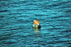 Señal de tráfico marítima en el océano Imágenes de archivo libres de regalías