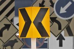 Señal de tráfico negra de la flecha dos en el polo Imagen de archivo libre de regalías