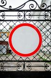 Señal de tráfico ninguna entrada en la puerta del hierro foto de archivo