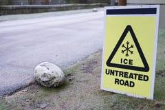 Señal de tráfico no tratada del hielo en la carretera congelada helada Imágenes de archivo libres de regalías