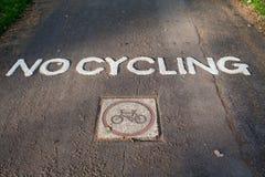 Señal de tráfico pintada grabada ningún ciclo en parque Imagen de archivo libre de regalías