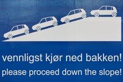 Señal de tráfico Proceda abajo de la cuesta Lengua noruega Trav Imagenes de archivo