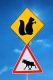 Señal de tráfico que advierte sobre los animales en el camino Foto de archivo libre de regalías