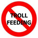 Señal de tráfico que alerta para no alimentar duendes de Internet fotografía de archivo