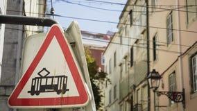 Señal de tráfico que cuelga en el edificio en calle almacen de video
