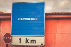 Señal de tráfico que indica la frontera de un país de África: Marruecos Fotos de archivo libres de regalías