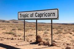 Señal de tráfico que marca el trópico del Capricornio en el desierto foto de archivo libre de regalías