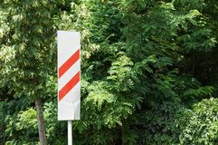 Señal de tráfico que se acerca al cruce ferroviario señal del acercamiento a un cruce ferroviario imágenes de archivo libres de regalías