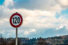 Señal de tráfico que significa 120 kilómetros por hora Foto de archivo libre de regalías