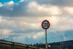 Señal de tráfico que significa 120 kilómetros por hora imágenes de archivo libres de regalías