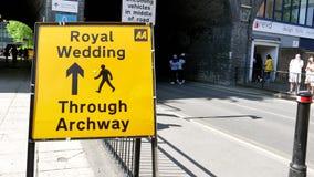 Señal de tráfico real de la calle de la boda