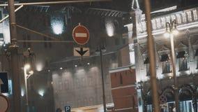 Señal de tráfico restrictiva en la calle de la ciudad de la noche en nevadas metrajes