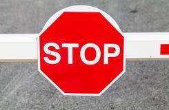 Señal de tráfico roja de la parada fotos de archivo