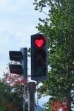 Señal de tráfico romántica del corazón rojo, Akureyri, Islandia imagen de archivo